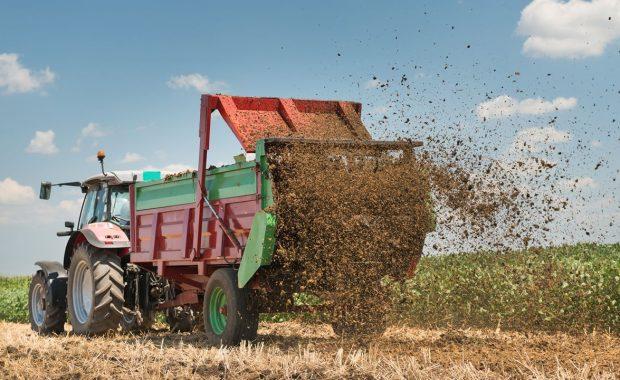 Tractor esparciendo compost