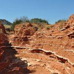 Corte de suelo con estratos de yeso